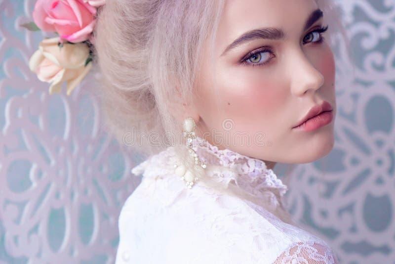 Sinnliches Mädchen mit dem blonden Haar in der Wäsche und im Zubehör lizenzfreies stockbild