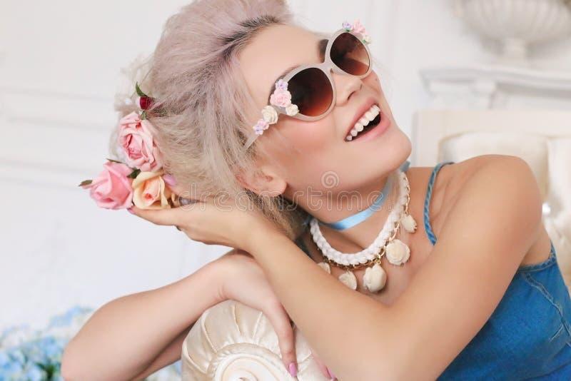 Sinnliches Mädchen mit dem blonden Haar in der Wäsche und im Zubehör stockfoto