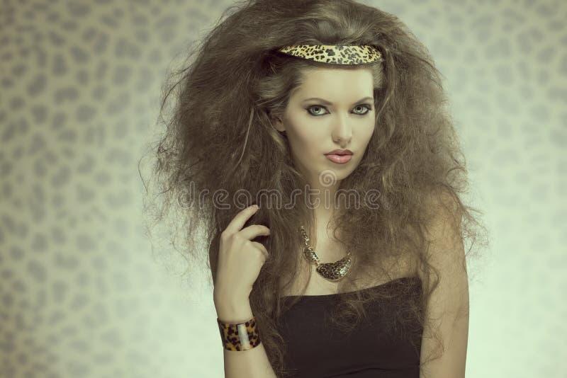 Sinnliches Modemädchen mit wilder Art lizenzfreies stockbild