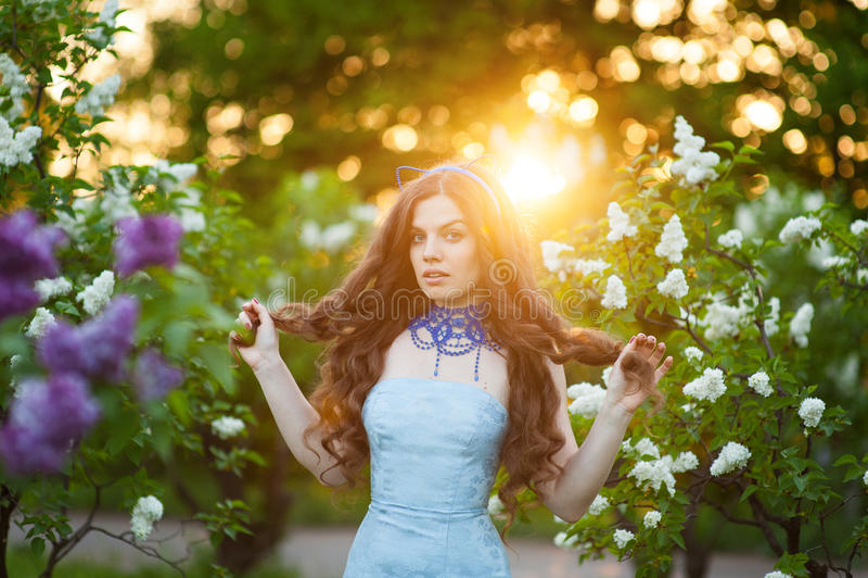 Sinnliches Porträt der Frühlingsfrau, weibliche genießende Blüte des schönen Gesichtes Kirsch lizenzfreie stockbilder