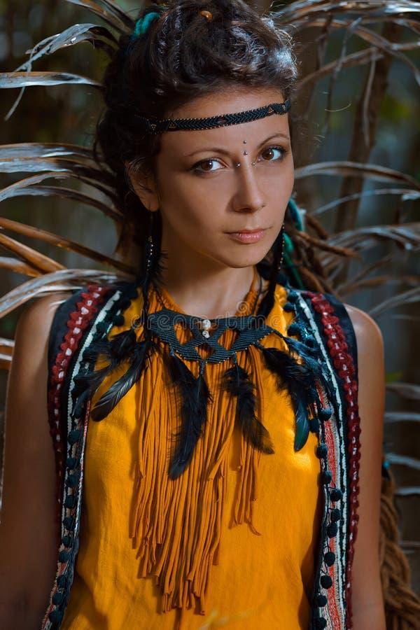 Sinnliches Porträt der jungen kaukasischen Frau im Dschungelwald lizenzfreie stockfotografie