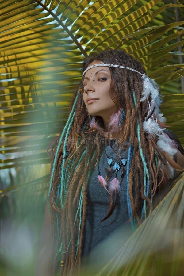 Sinnliches Porträt der jungen kaukasischen Frau im Dschungelwald lizenzfreies stockbild