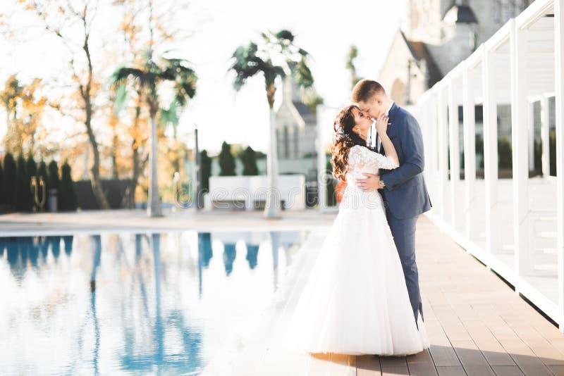 Sinnliches Portr?t eines jungen Hochzeitspaares outdoor lizenzfreie stockbilder
