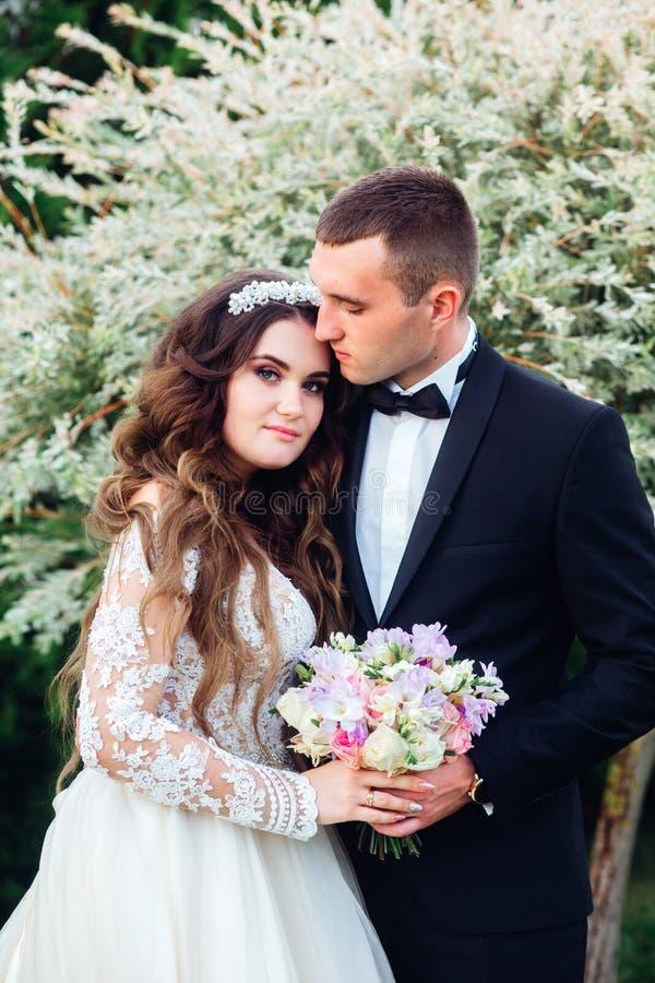 Sinnliches Portr?t eines jungen Paares Hochzeitsfoto im Freien lizenzfreies stockbild
