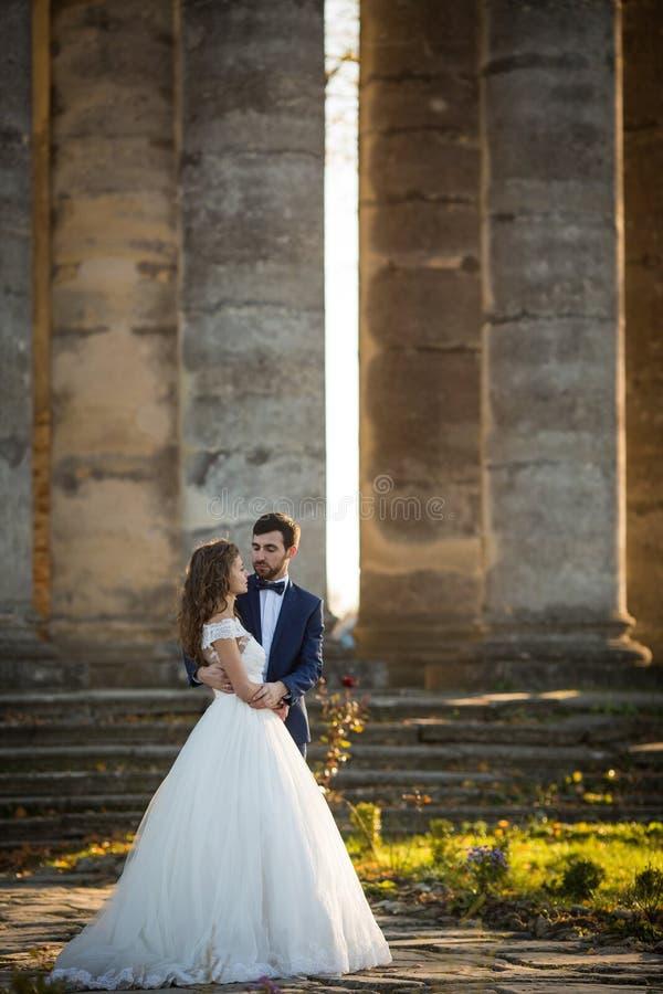 Sinnliches romantisches Jungvermähltenbraut- und -bräutigamumarmen stockbilder