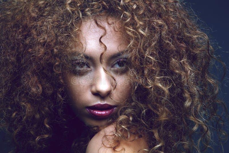 Sinnliches schwarzes weibliches Mode-Modell lizenzfreie stockfotos
