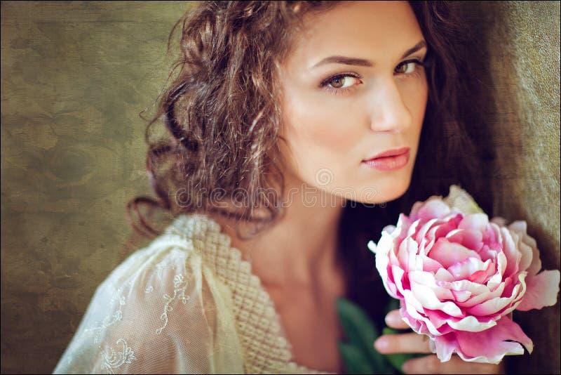 Sinnliches sexy schönes gelocktes Mädchen mit Blumen, Abschluss oben lizenzfreies stockbild