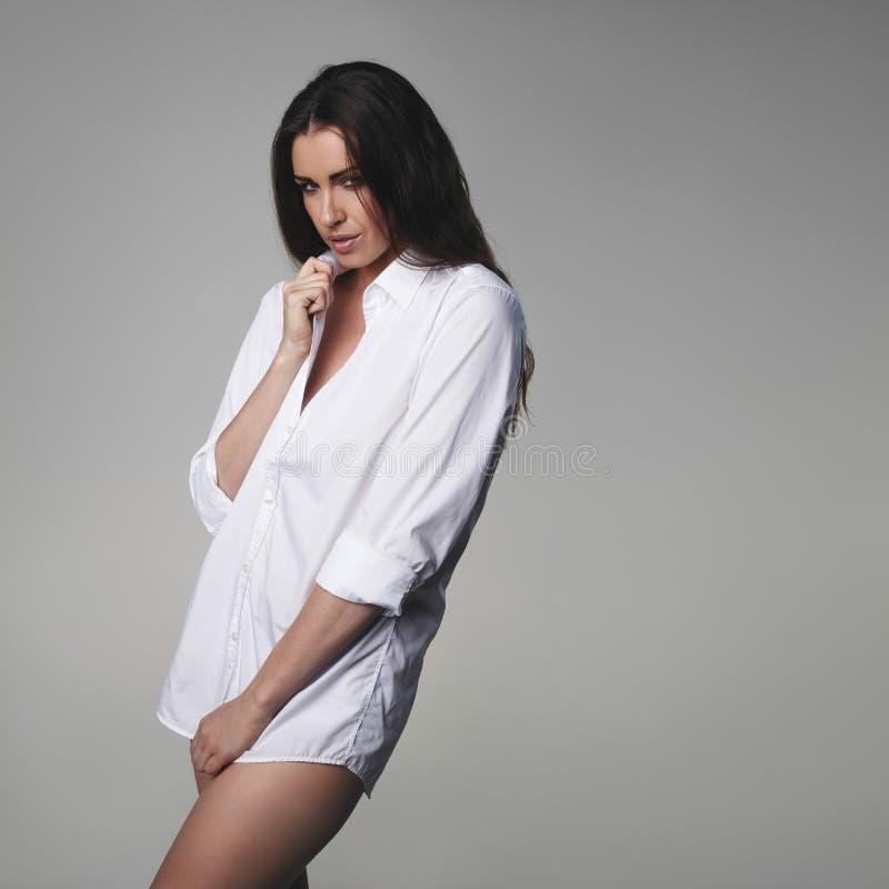 Sinnliches tragendes Hemd der jungen Frau stockfotografie