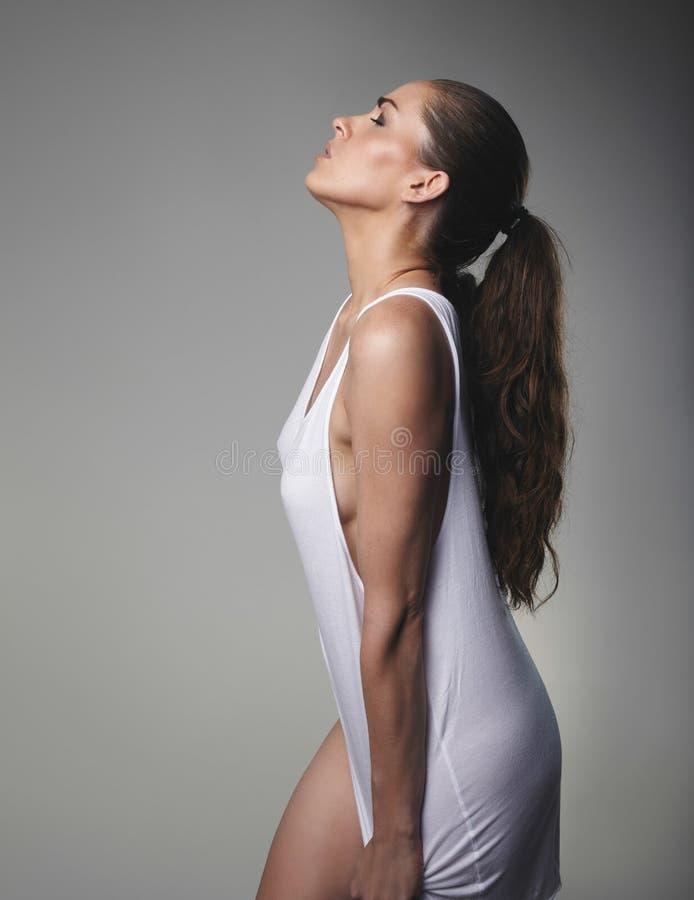 Sinnliches weibliches Modell auf grauem Hintergrund stockfotos