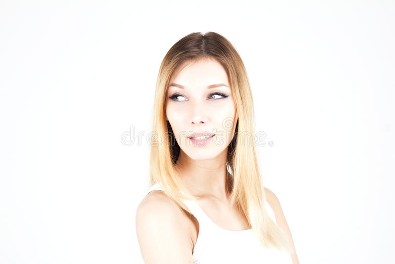 Sinnlig attraktiv blond kvinna som bort ser med ett leende Kvinna med permanent makeup Pilar på ögonen royaltyfri foto