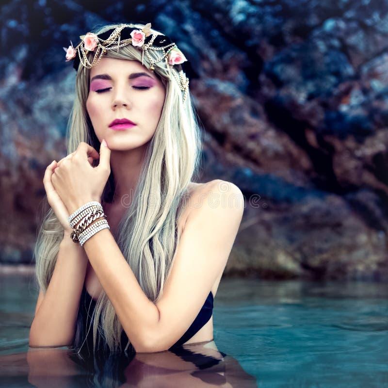 Sinnlig blond flicka i en krans i havet arkivbilder