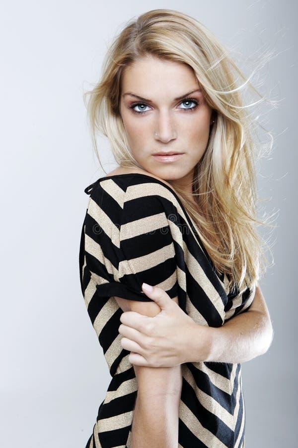 Sinnlig blond kvinna med blåa ögon och långt hår royaltyfri bild