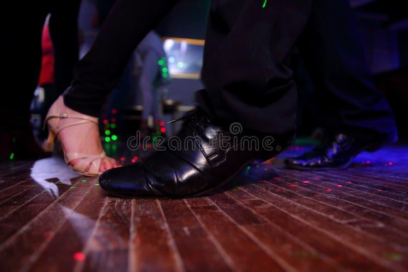 Sinnlig dans i strålkastaren royaltyfri foto