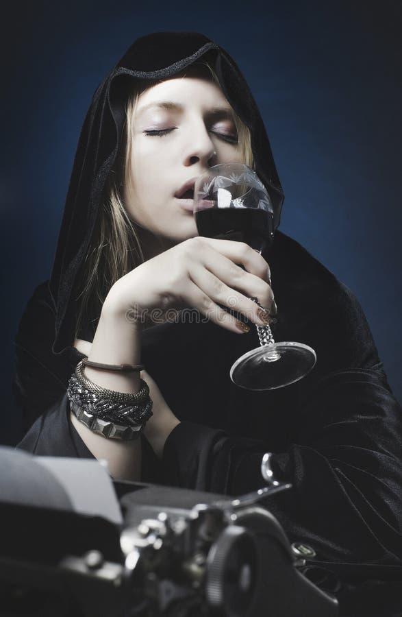 Sinnlig dricka wine för härlig kvinna arkivbilder