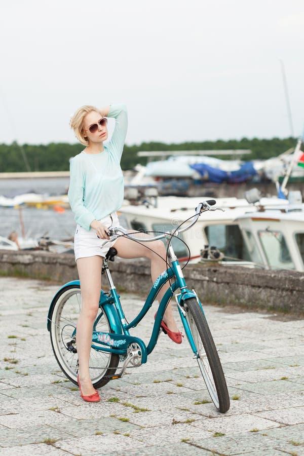 Sinnlig flicka med cykeln royaltyfria foton
