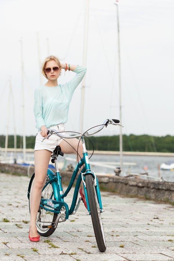 Sinnlig flicka med cykeln royaltyfri foto