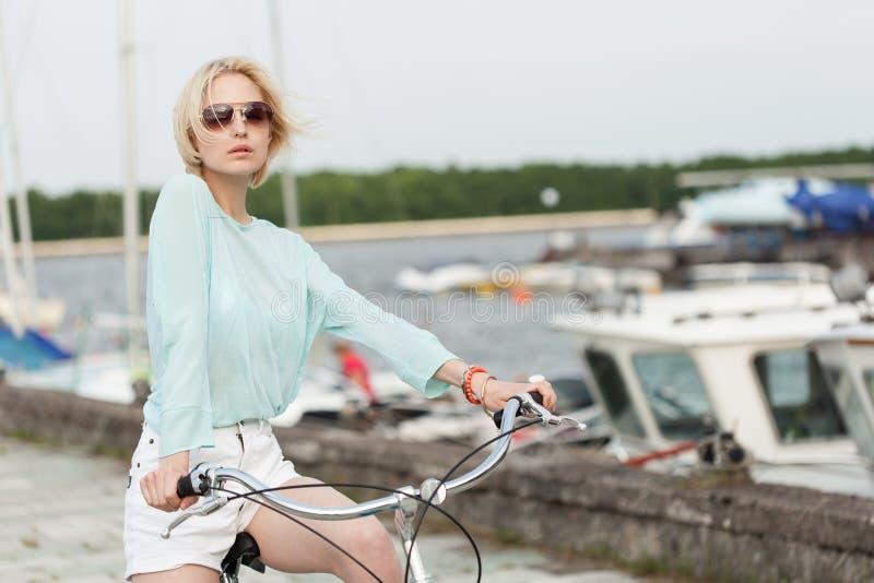Sinnlig flicka med cykeln arkivfoton