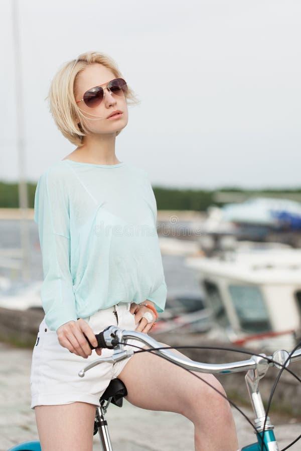 Sinnlig flicka med cykeln fotografering för bildbyråer