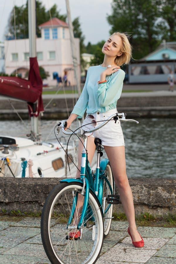 Sinnlig flicka med cykeln royaltyfri fotografi