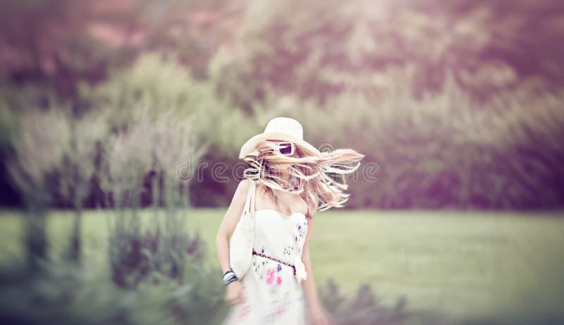 Sinnlig flicka utomhus Sommar går i rörelse royaltyfria foton
