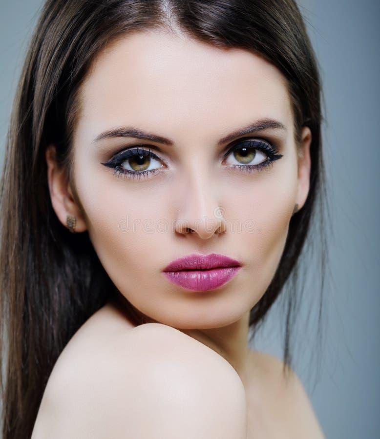 Sinnlig glamourstående av den härliga kvinnamodelldamen med fres fotografering för bildbyråer