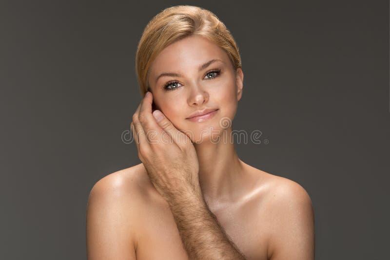 Sinnlig härlig blond kvinna fotografering för bildbyråer
