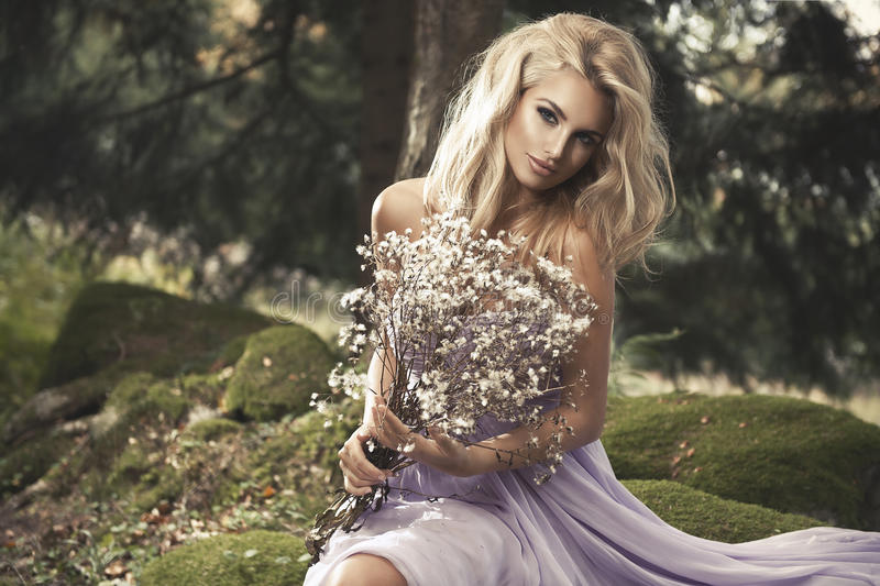 Sinnlig härlig blond kvinna royaltyfri fotografi