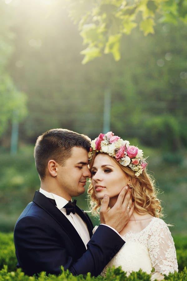 Sinnlig härlig ung blond brud och stilig brudgum på sunse arkivfoton