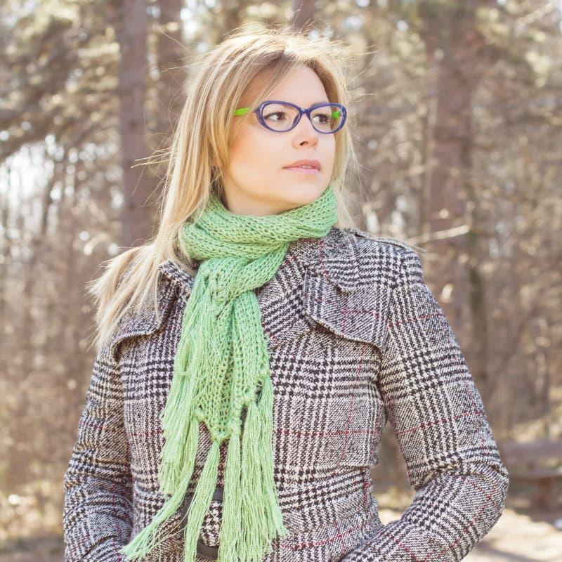 Sinnlig härlig utomhus- stående för ung kvinna royaltyfri foto