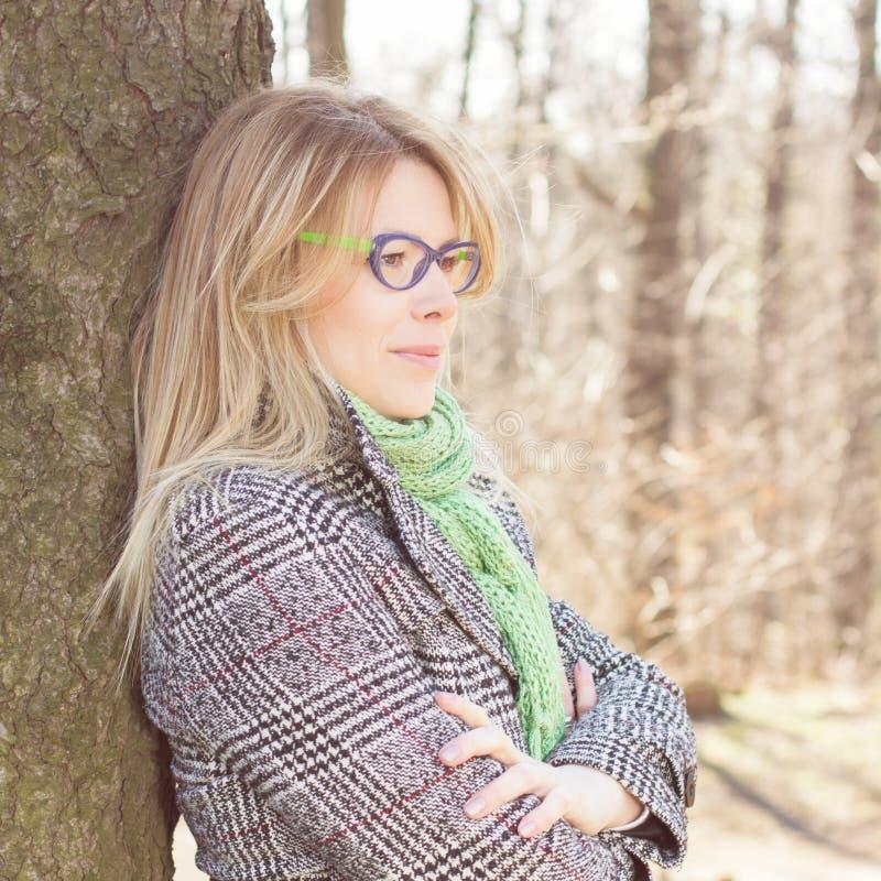 Sinnlig härlig utomhus- stående för ung kvinna royaltyfria foton