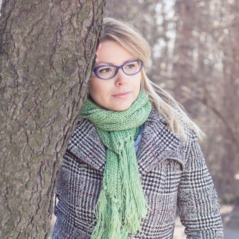 Sinnlig härlig utomhus- stående för ung kvinna arkivbild