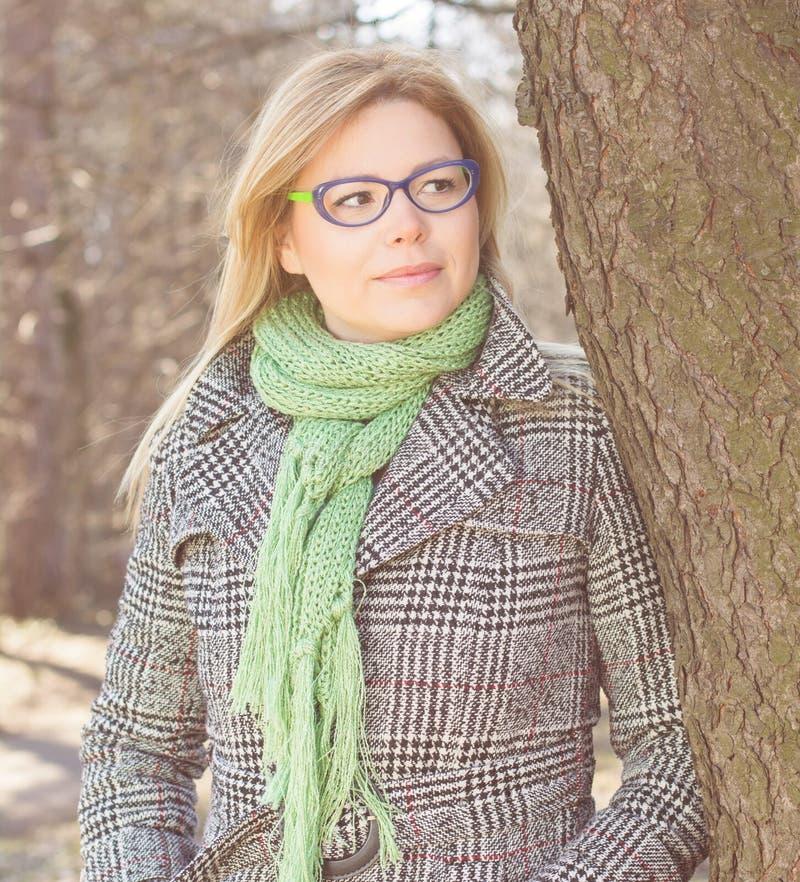 Sinnlig härlig utomhus- stående för ung kvinna arkivfoton