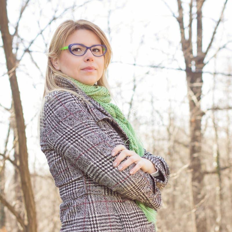 Sinnlig härlig utomhus- stående för ung kvinna royaltyfri bild