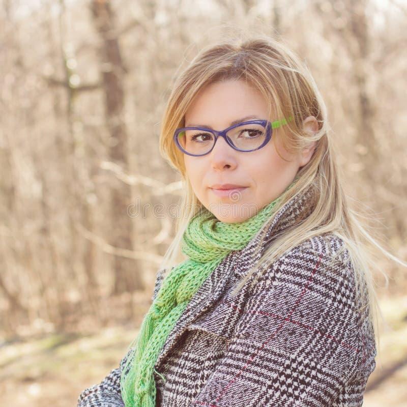 Sinnlig härlig utomhus- stående för ung kvinna royaltyfri fotografi