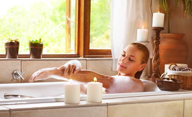 Sinnlig kvinna i badkar royaltyfria bilder