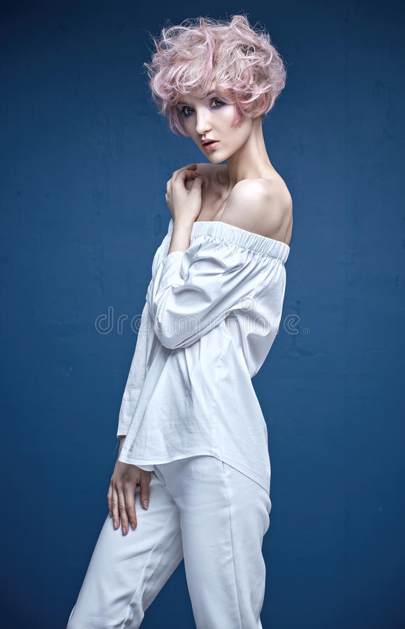 Sinnlig kvinna med en stilfull frisyr arkivfoton