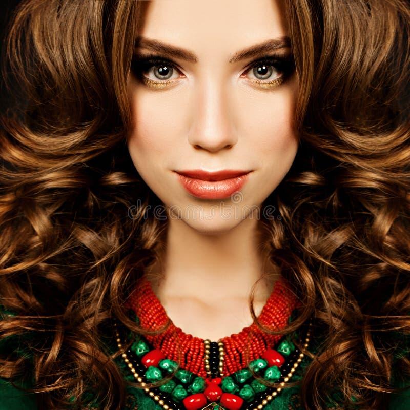 Sinnlig kvinna Modestående av för flickamode för lockigt hår modellen arkivfoto