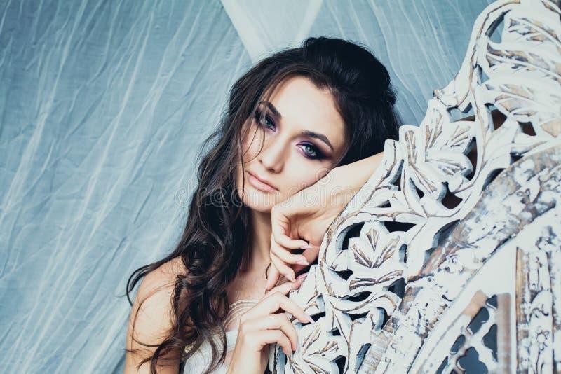 Sinnlig kvinna på vit Retro stilbakgrund royaltyfri fotografi