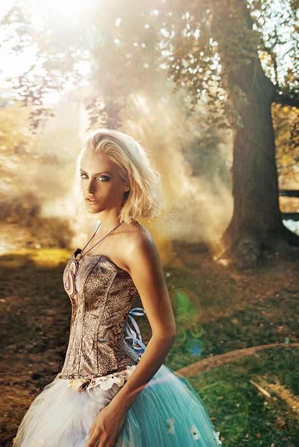 Sinnlig kvinna som poserar i skogen arkivfoton