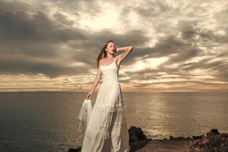 Sinnlig kvinnakropp Den nätta bruden i den vita sexiga bröllopsklänningen med skyler fotografering för bildbyråer