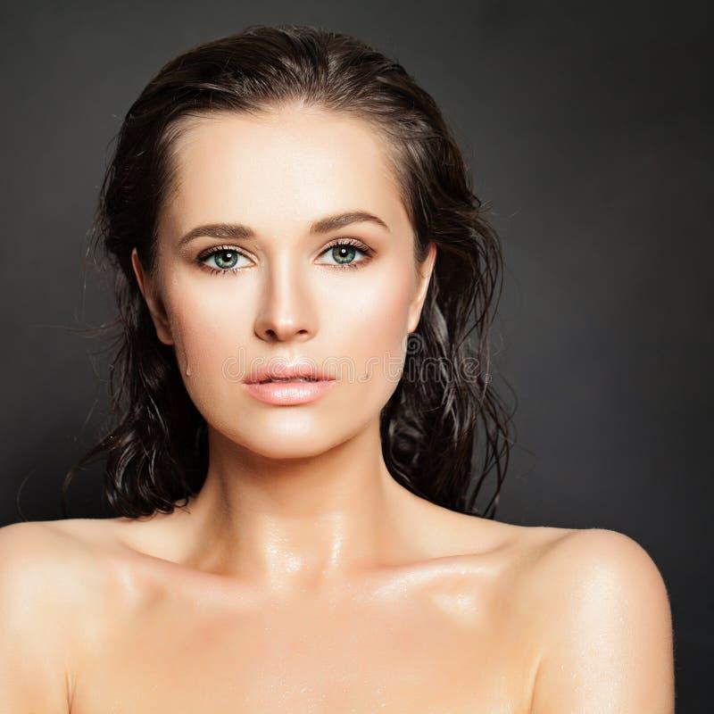 Sinnlig kvinnamodemodell Vattendroppar på sund hud Beauti arkivfoto