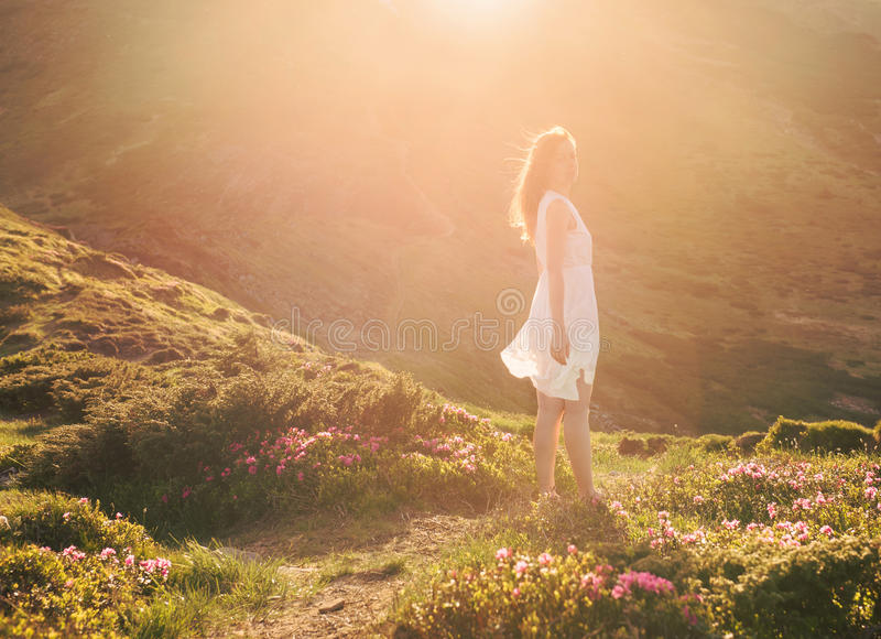 Sinnlig kvinnastående i den blommande rhododendrondalen fotografering för bildbyråer