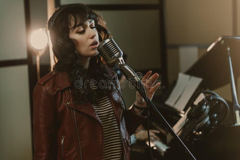 sinnlig kvinnlig sångare som utför sång royaltyfri foto
