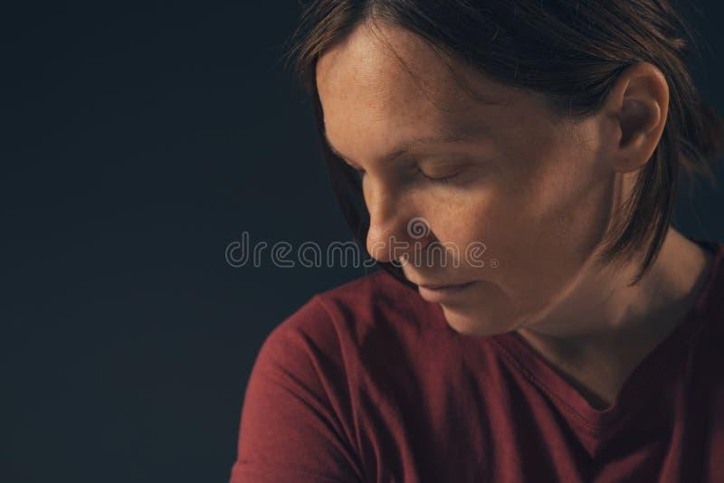 Sinnlig melankolisk kvinnlig stående, ingen makeup och inget retuschera arkivbild