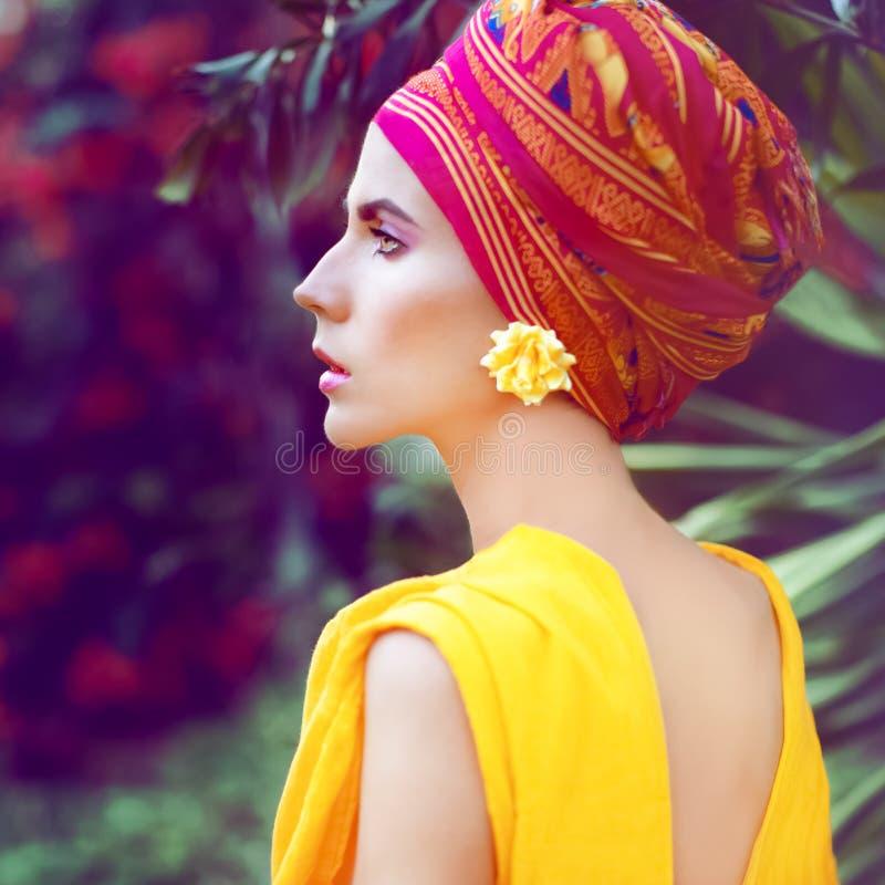 Sinnlig orientalisk flicka i blommorna arkivfoto