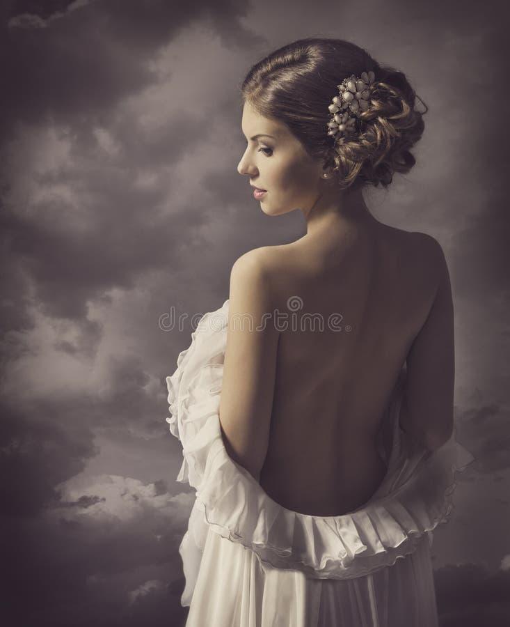 Sinnlig retro stående för kvinna, naken baksida för flicka, elegant konstnärligt arkivfoton