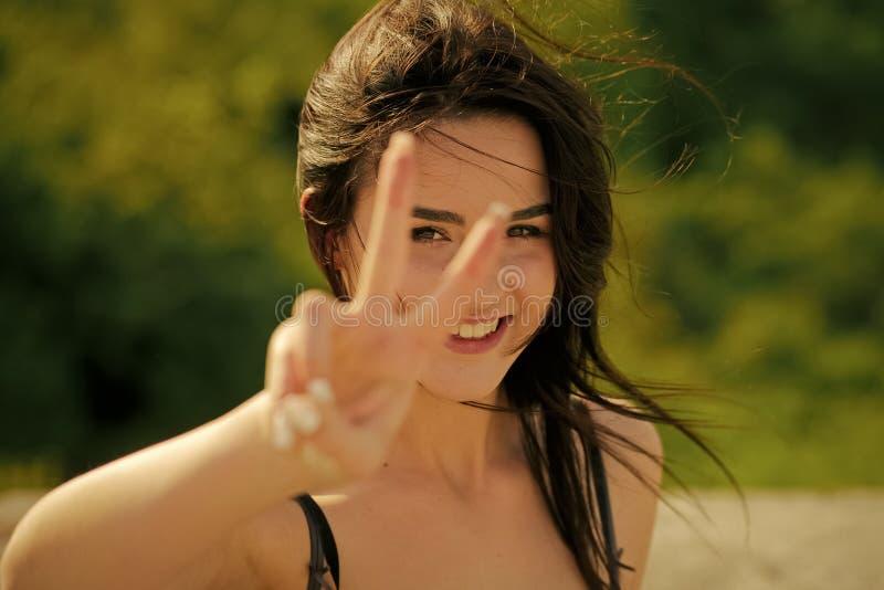 Sinnlig sexig kvinna Lyckligt leende för kvinna eller för flicka med gest för hand för v-tecken royaltyfri bild