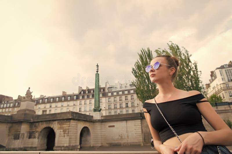 Sinnlig solglasögon för kvinnakläder på cityscape Kvinnan i sexigt tilldelar paris, Frankrike Reslust eller semester och resa arkivfoto