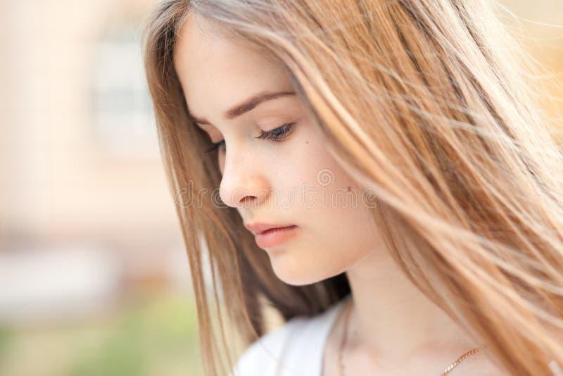 Sinnlig stående av den härliga flickan utomhus arkivbild