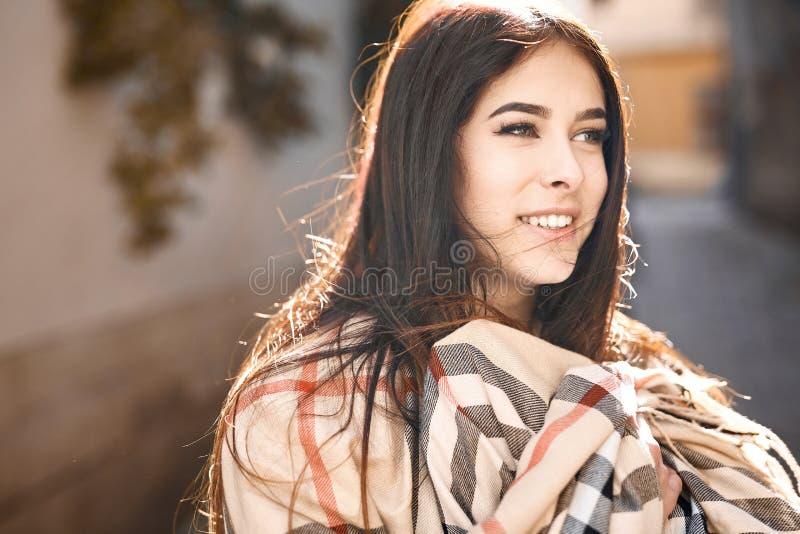 Sinnlig stående av en ung kvinna utomhus i bakbelyst royaltyfri fotografi